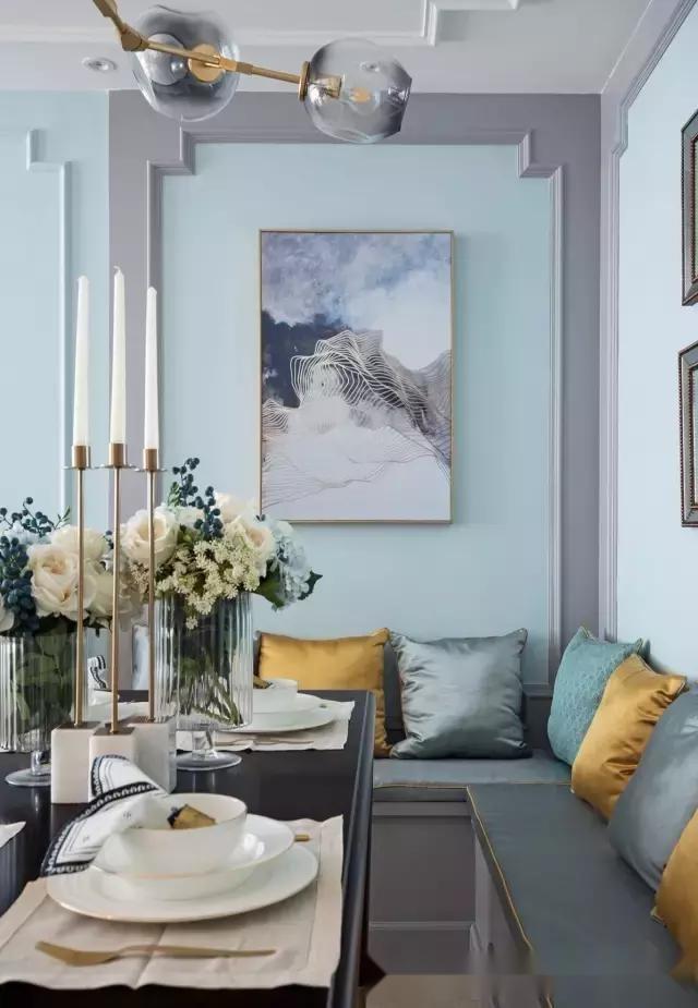 金属色茶几与吊灯上下呼应;简约欧式沙发配上不同颜色的抱枕,看起来
