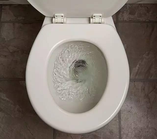 马桶,下水道堵了,这样做不花一分钱就能轻松解决,还不