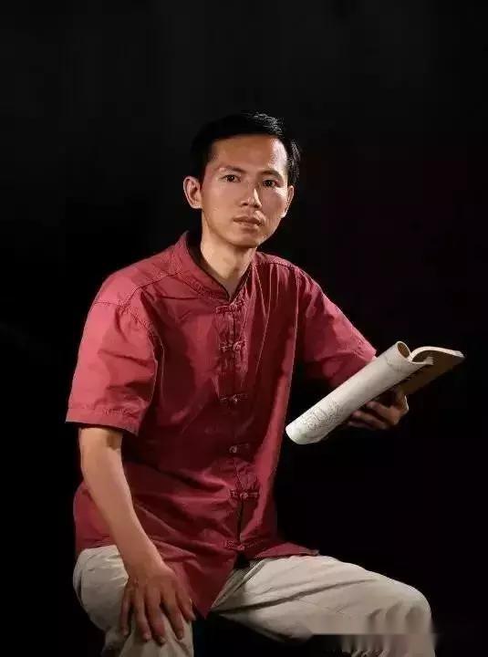 林秋平,广东省玉石雕刻大师,1974年生于揭阳,少好书画,得知名书画家