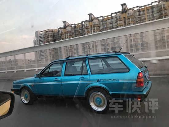 这辆桑塔纳旅行版车应该是车主花了不少心思精心改装的,虽然没有看到