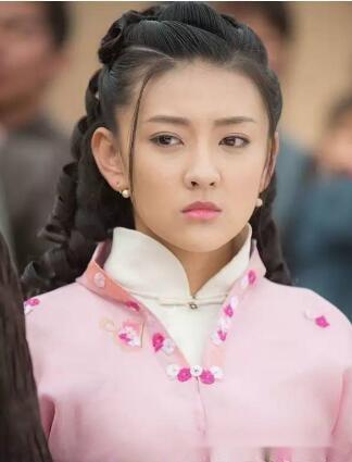 剧中,梁洁饰演女主角马伏萌的少女时代,自幼生活环境简单,无忧无虑