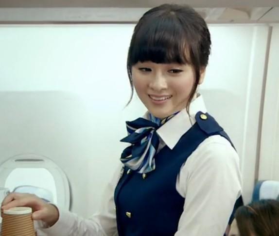 是爱情公寓片尾曲的演唱者罗震环扮演的,同时也演了吕子乔的女朋友之