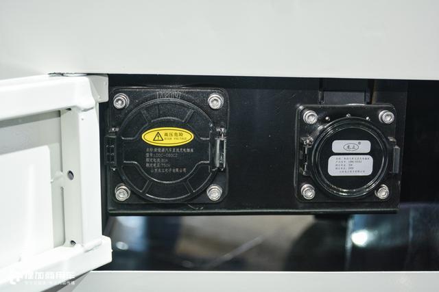 车辆支持直流电快充和交流电慢充功能,配备一个快充和慢充的国标充电