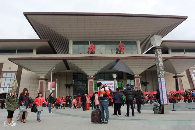 武昌火车站是京广铁路,武九铁路和武咸城际铁路的交汇处,隶属武汉铁路