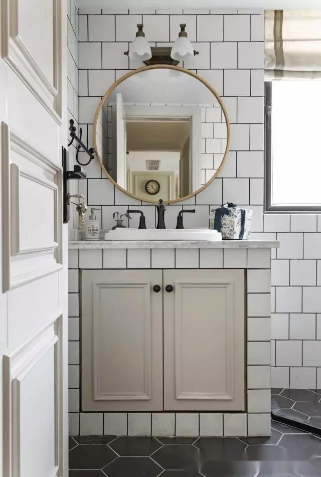 也有北欧或者偏现代风格的卫生间选择自砌橱柜的,洗手台的颜色风格