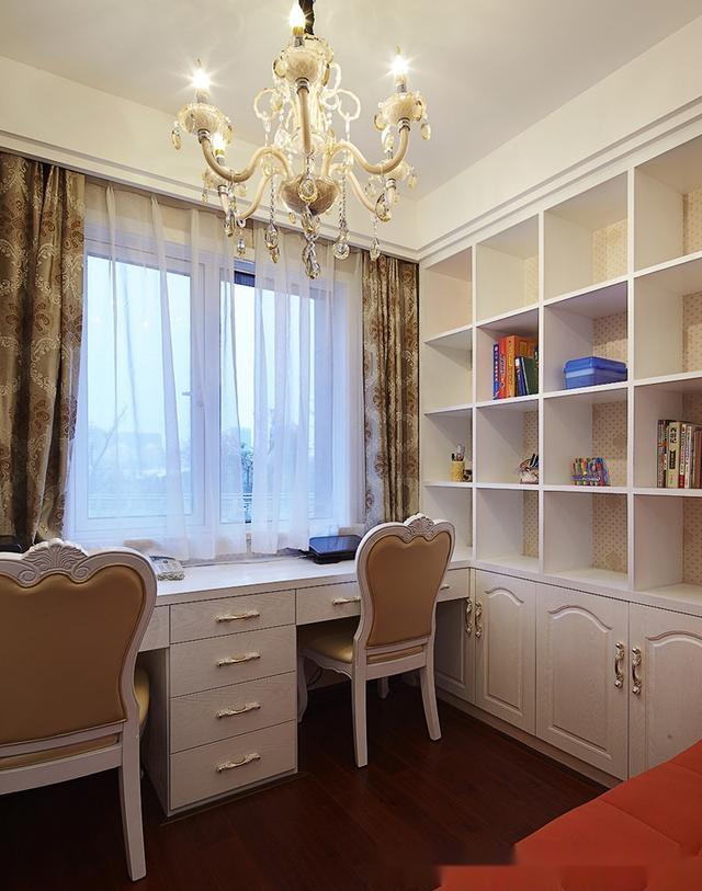 书房内景,靠窗的一排是书桌,墙边是书架,门口是沙发图片