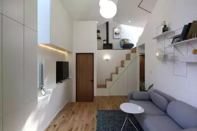 在房子内部,设计师还利用了高低落差,把空间设计成了上下复式的结构