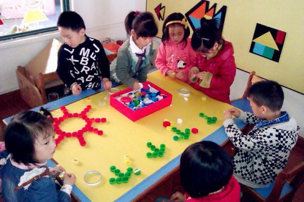 为完成孩子幼儿园作业,蹲垃圾站拧了三十多个瓶盖,宝
