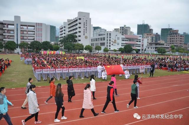 随着音乐响起,各级参赛队伍依次入场,他们排着整齐的队形,大踏步向图片