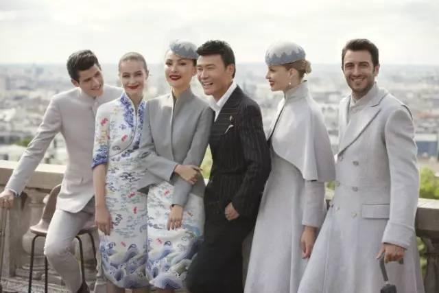 """海南航空公司的品牌总监说,""""我们不仅创造了新的制服,而且展示了国际"""