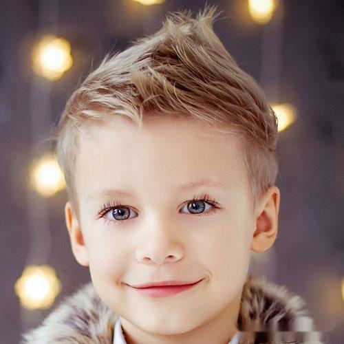 下面,检查我们的男孩可爱的发型和理发.