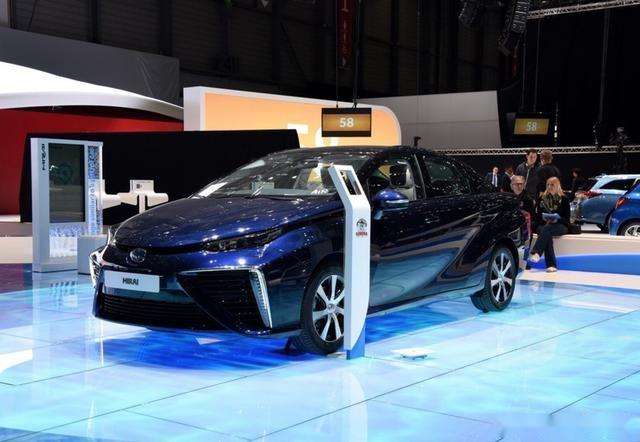 而且,丰田mirai氢能源汽车作为一款新能源家用轿车,丰田似乎要将它