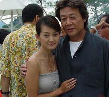 寇世勋和他的大老婆崔瑶琪打小就是同学,也就是所谓的