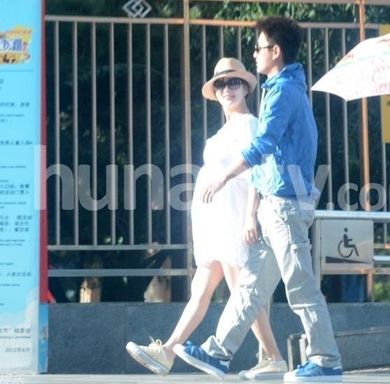在《爸爸回来了》节目中李小璐亲口承认不敢怀二胎,原因是怀甜馨的