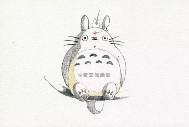 >>>【第4步】:用(74号灰色)画龙猫的暗部和树枝,轻轻地画;用(27号黄色
