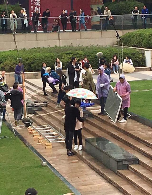 的路透照,路透的是王鹤棣饰演的道明寺和沈月饰演的杉菜,两人在片场