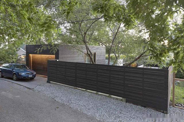 筑讯设计:这个房子充分利用斜坡地形,创造多个花园和