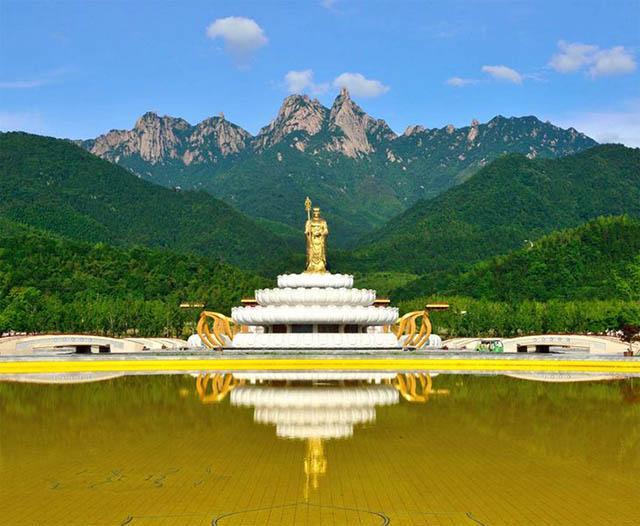 因盛产山花而得名,为九华山风景区以自然景观为主的游览区.