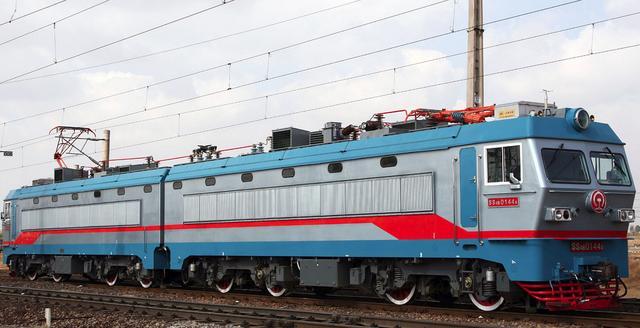 韶山4b型电力机车(ss4b),是由株洲电力机车厂和株洲电力机车研究所