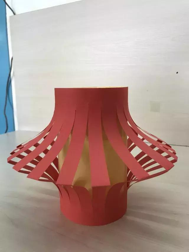 粘贴细长红纸条做灯笼提手,彩纸灯笼制作完成.