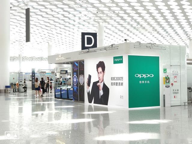 oppo对机场广告接近痴迷,在出机场地铁的时候,就被地铁的oppo广告洗脑
