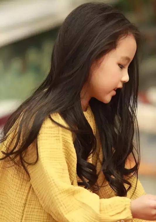 饰演果果的这个小女孩叫张婉儿, 圆圆的脸,肉嘟嘟的着实惹人爱, 侧脸