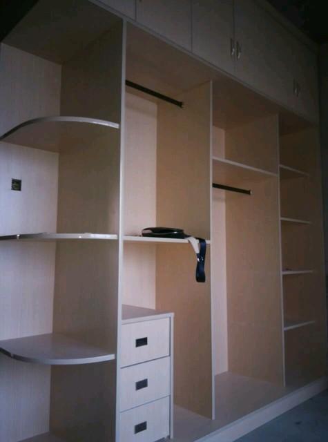 这是卧室的大衣柜,设计的还是可以的,就是原来那种款式的,不时尚但是