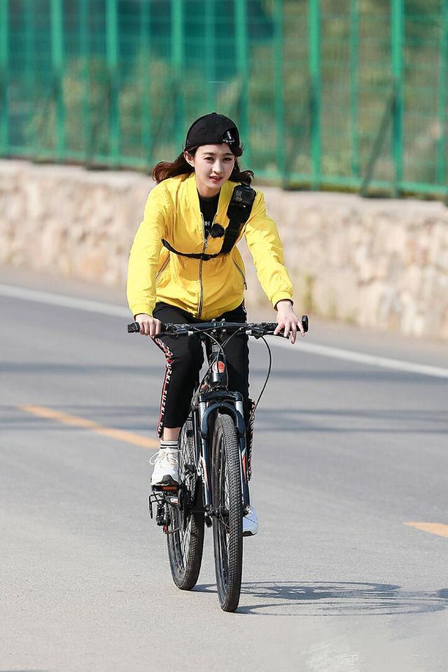 骑姐姐免费成人网站_她还是身穿节目组特定黄色的服装,参加骑单车活动.
