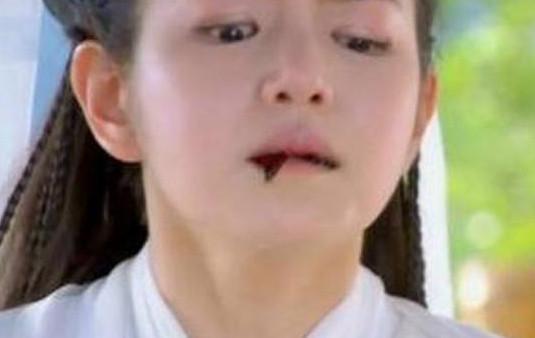 曾经以包子脸出名的陈妍希在演绎小龙女的时候有一段吐血戏份,但是图片