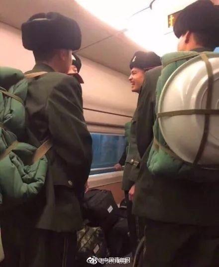 """军人坐火车被埋怨不让座,网友怒怼""""巨婴""""乘客:别给群众丢人 网络热点 第2张"""