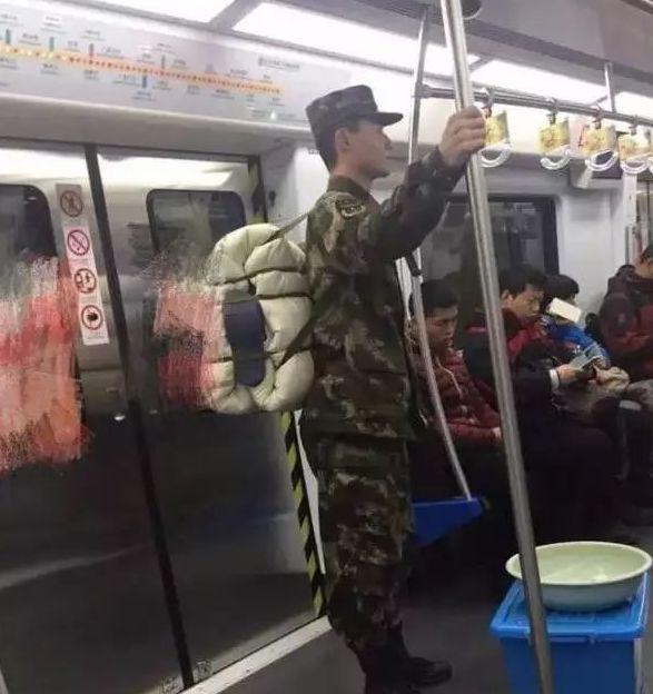 """军人坐火车被埋怨不让座,网友怒怼""""巨婴""""乘客:别给群众丢人 网络热点 第20张"""