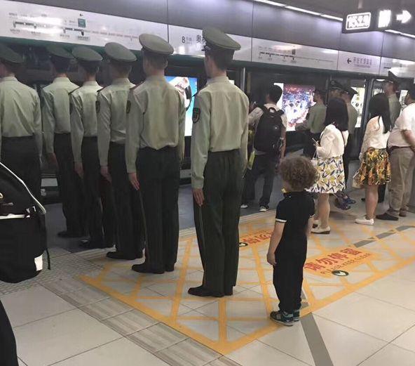 """军人坐火车被埋怨不让座,网友怒怼""""巨婴""""乘客:别给群众丢人 网络热点 第21张"""
