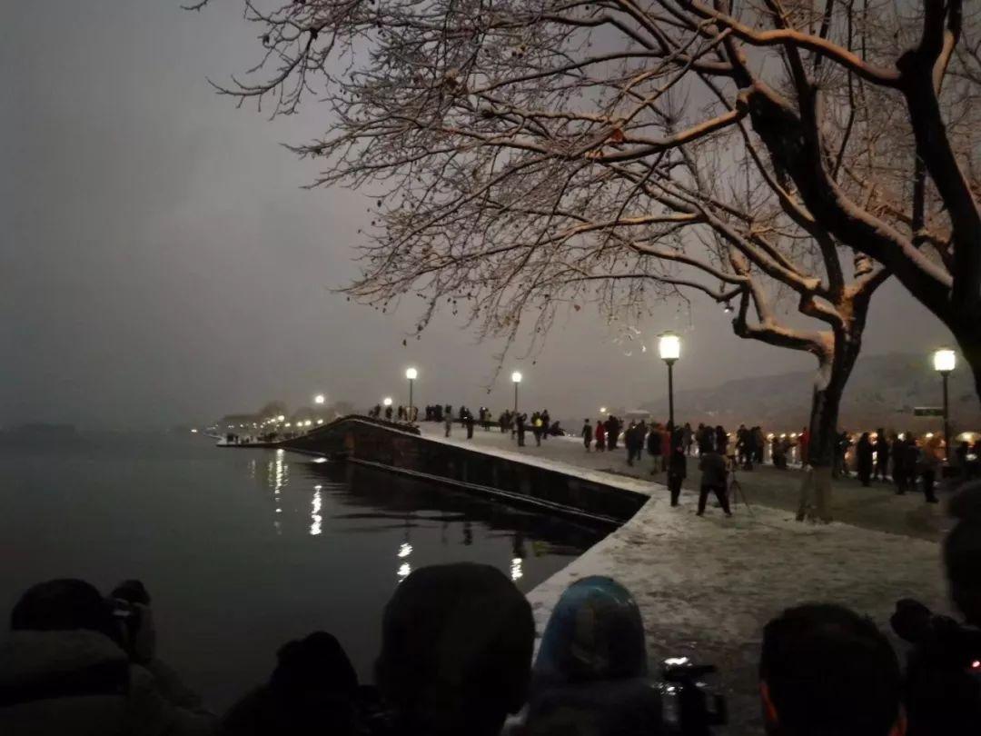 真•断桥残雪终于出现了(美哭!), 西湖边已是人从众人人从众从众人人人 网络热点 第22张