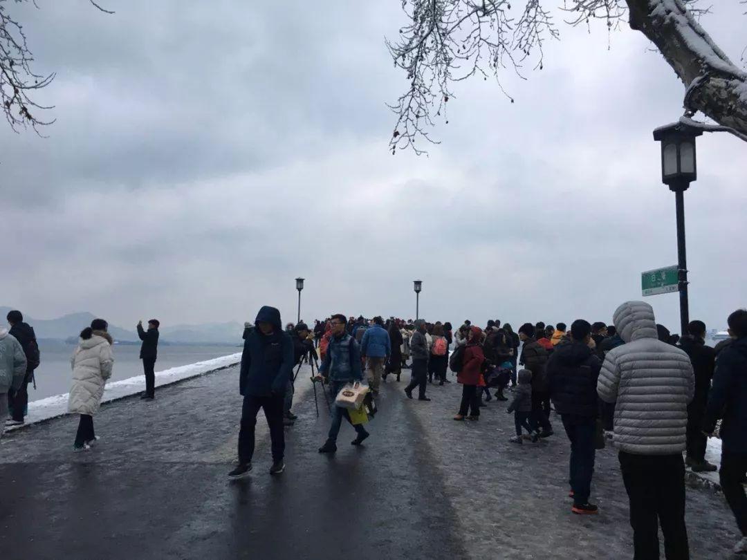 真•断桥残雪终于出现了(美哭!), 西湖边已是人从众人人从众从众人人人 网络热点 第17张