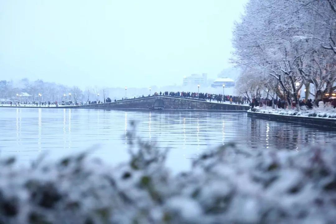 真•断桥残雪终于出现了(美哭!), 西湖边已是人从众人人从众从众人人人 网络热点 第2张